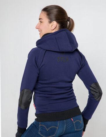 Жіноче Худі Syla. Колір синій.  На жіночій фігурі поло виглядає просто чудово! Матеріал худі – тринитка: 77% бавовна, 23% поліефір.