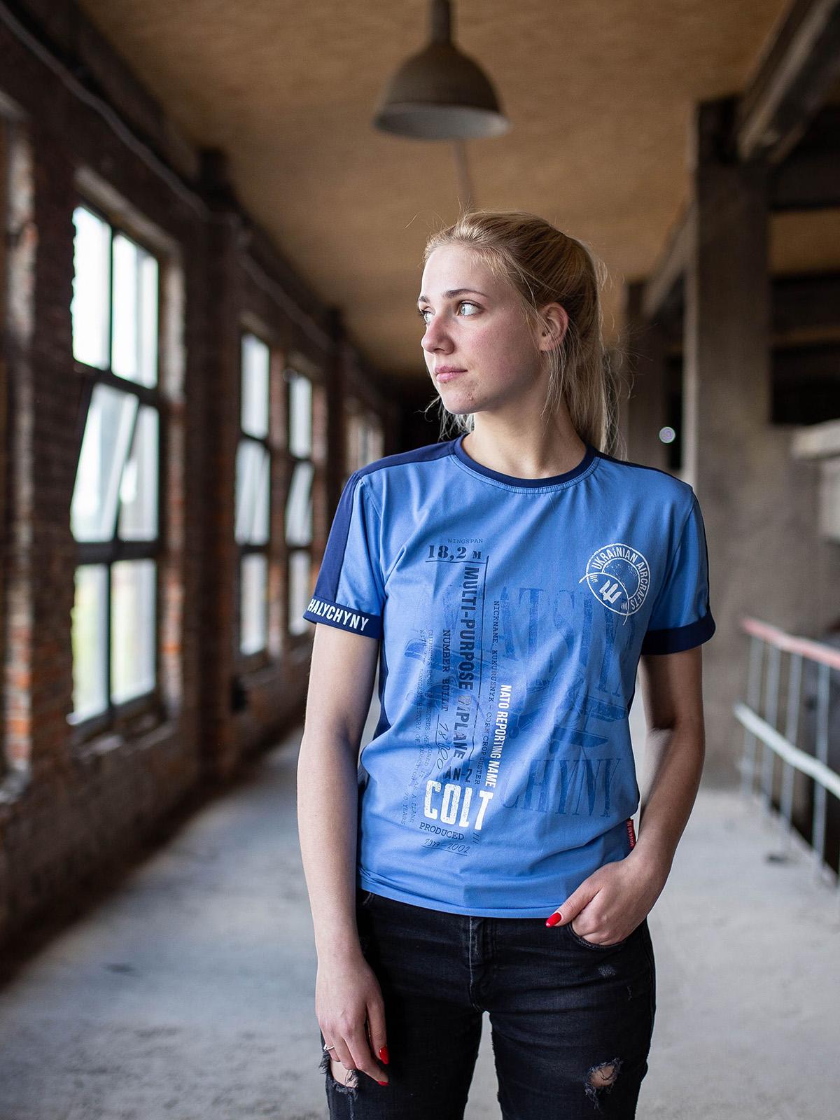 Жіноча Футболка An-2. Колір блакитний.  На жіночій фігурі виглядає просто чудово! Матеріал: 95% бавовна, 5% спандекс.