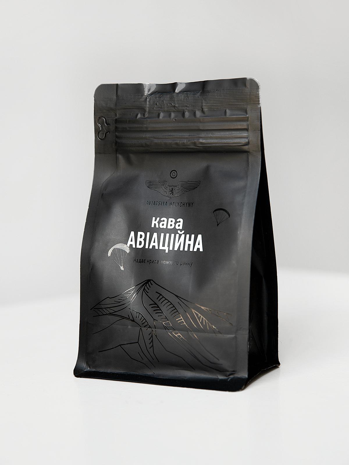Coffee Aviation. Color black. Grain coffee Slightly fried Arabica Wet processing Nicaragua, Estelí Height – 1800 meters Pronounced taste of red apple, orange and caramel Volume: 140g.