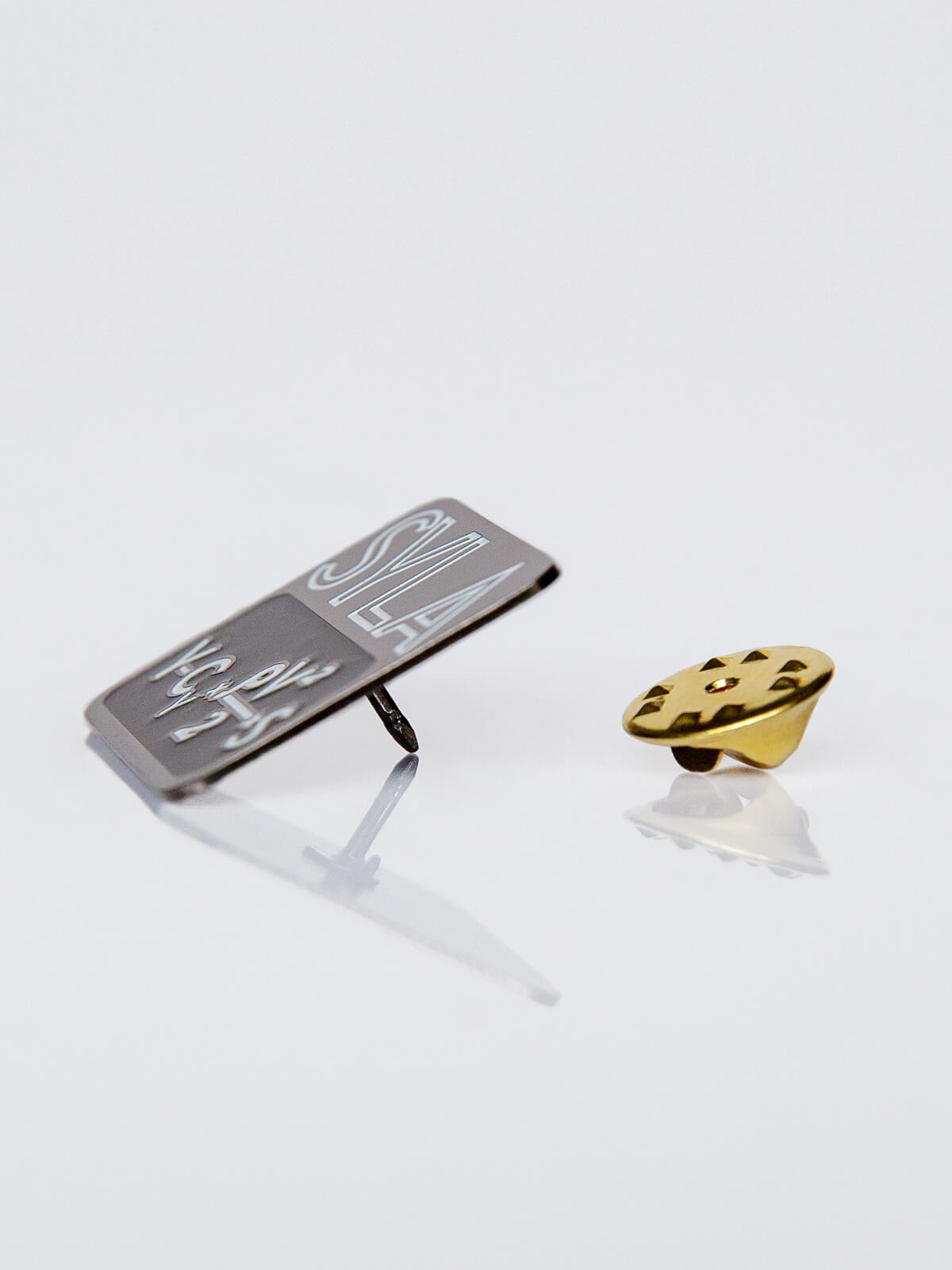 Pin Syla. Color black. 2.