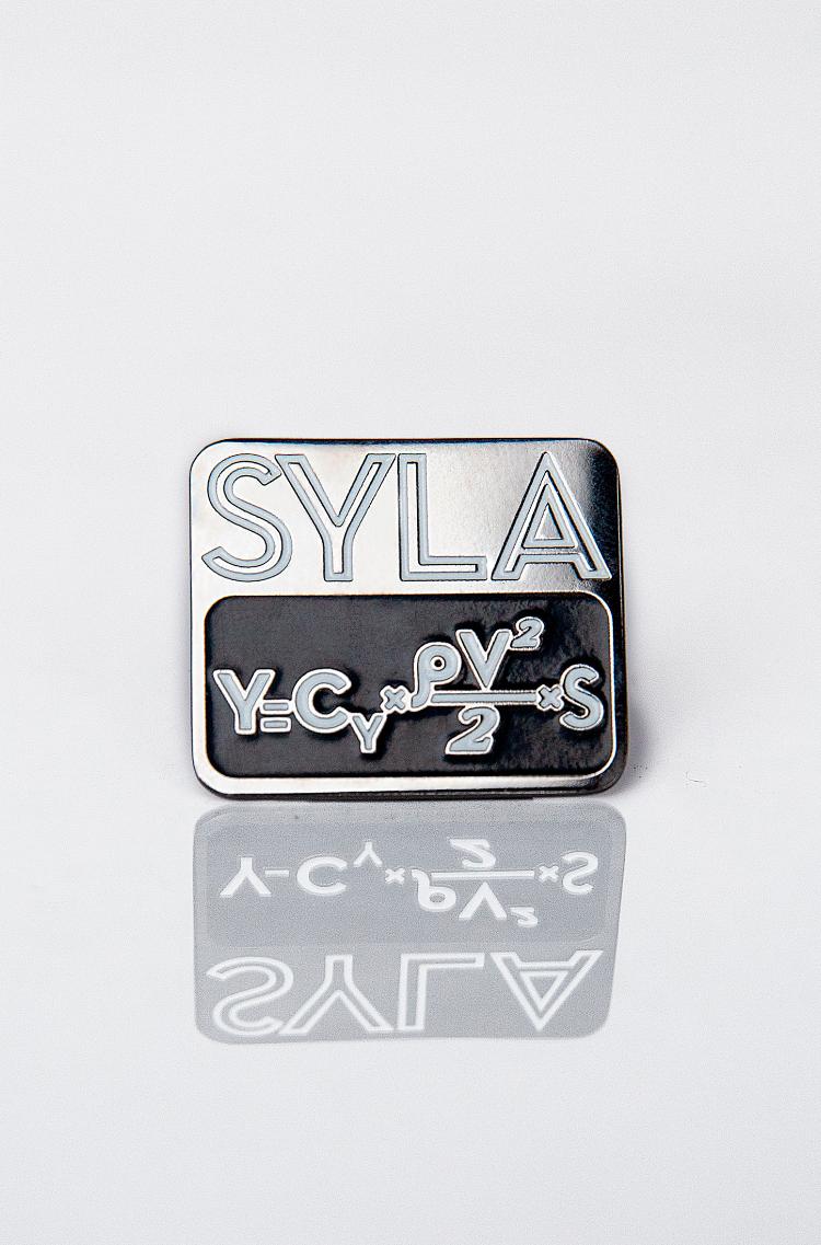 Pin Syla. Color black. 1.