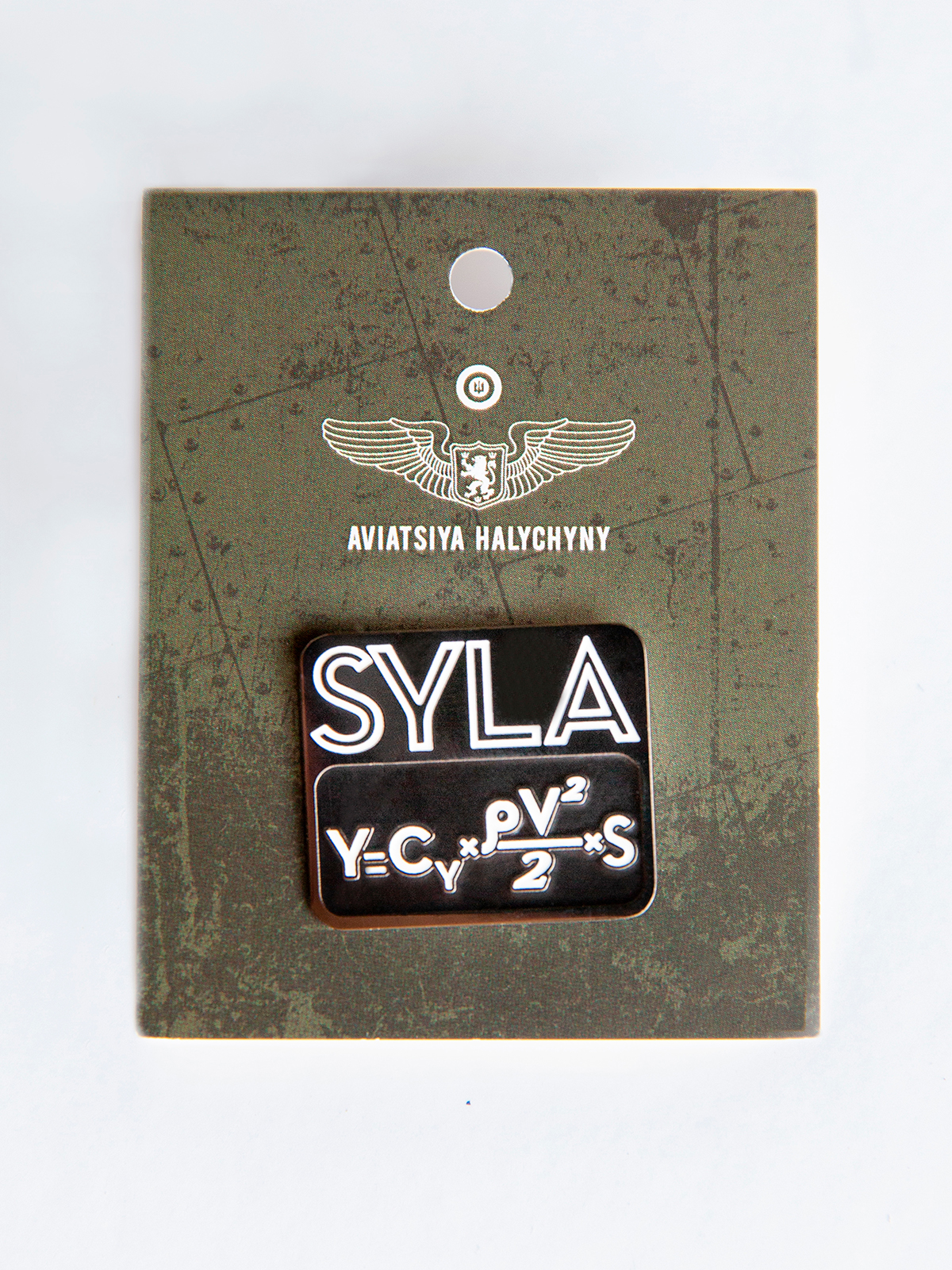 Pin Syla. Color black. Size: width 2,8 cm; height 2,4 cm Material: metal  .