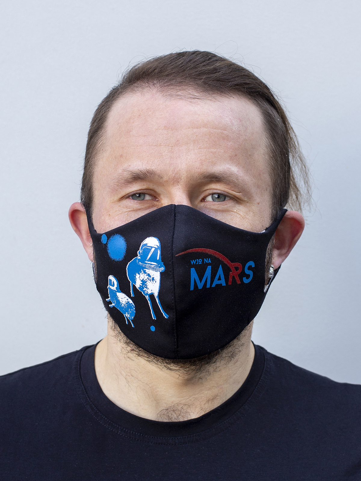 Mask Wjo Na Mars. Color black. Reusable protective mask with a pocket for a replaceable filter Basic material (outer layer): scuba fabric (rayon 65%, lycra 5%, polyester 30%) – light-weight, elastic and smooth material that dries quickly and fits the face line effectively.