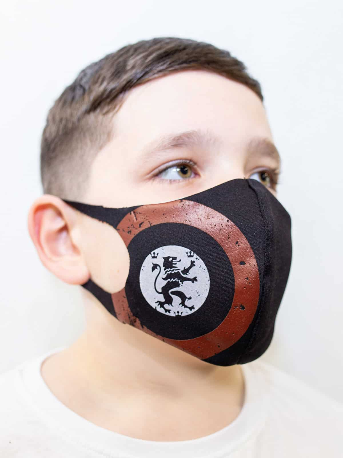 Kids Mask Lion (Roundel). Color black. Reusable protective mask with a pocket for a replaceable filter Basic material (outer layer): scuba fabric (rayon 65%, lycra 5%, polyester 30%) – light-weight, elastic and smooth material that dries quickly and fits the face line effectively.