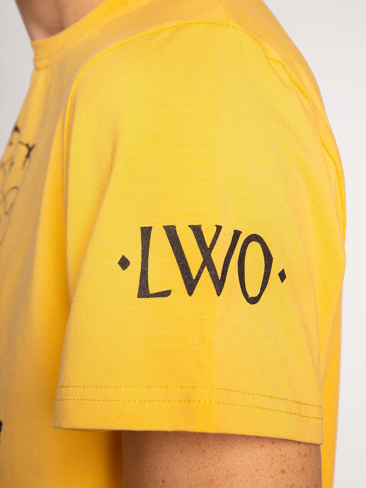 Чоловіча Футболка Данило. Колір жовтий.  На жіночій фігурі футболка виглядає просто чудово! Матеріал: 95% бавовна, 5% спандекс.