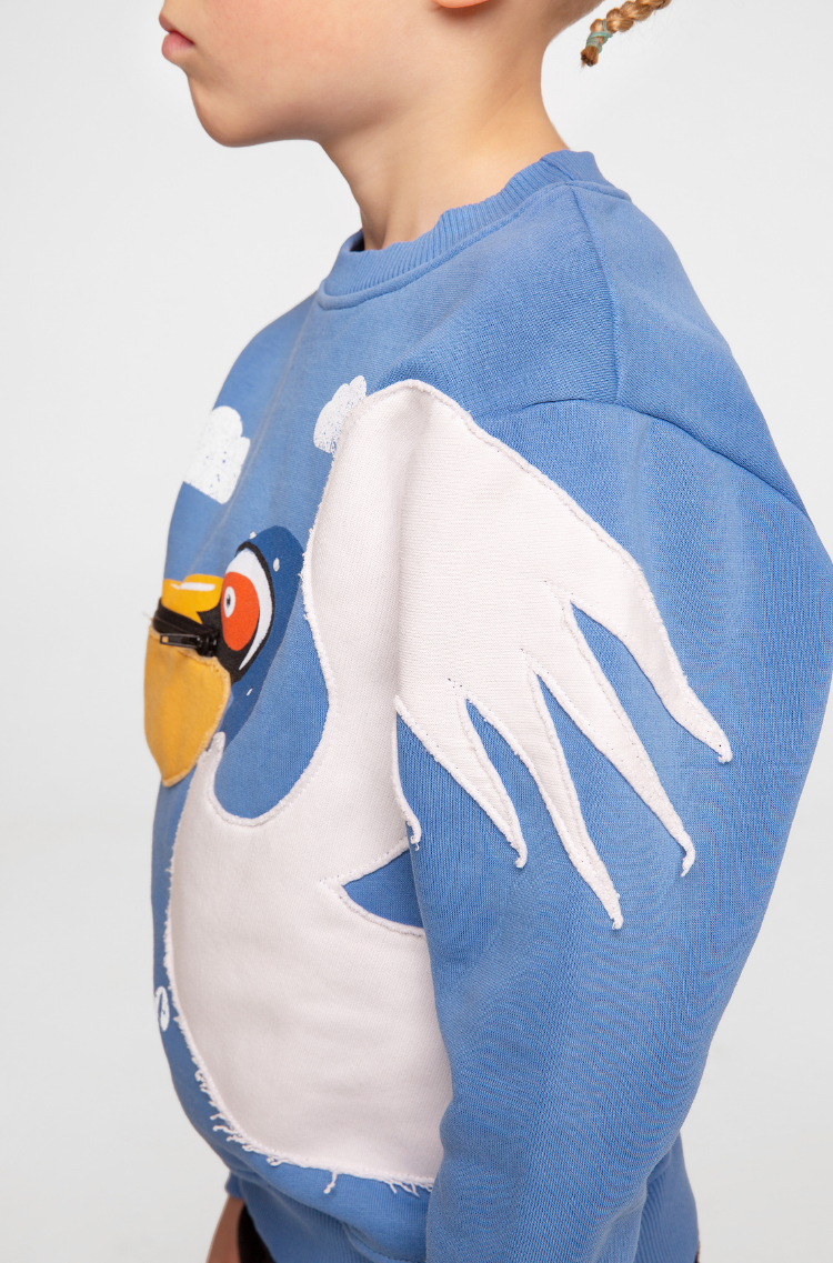 Kids Sweatshirt Pelican. Color sky blue.  Technique of prints applied: patches, silkscreen printing.