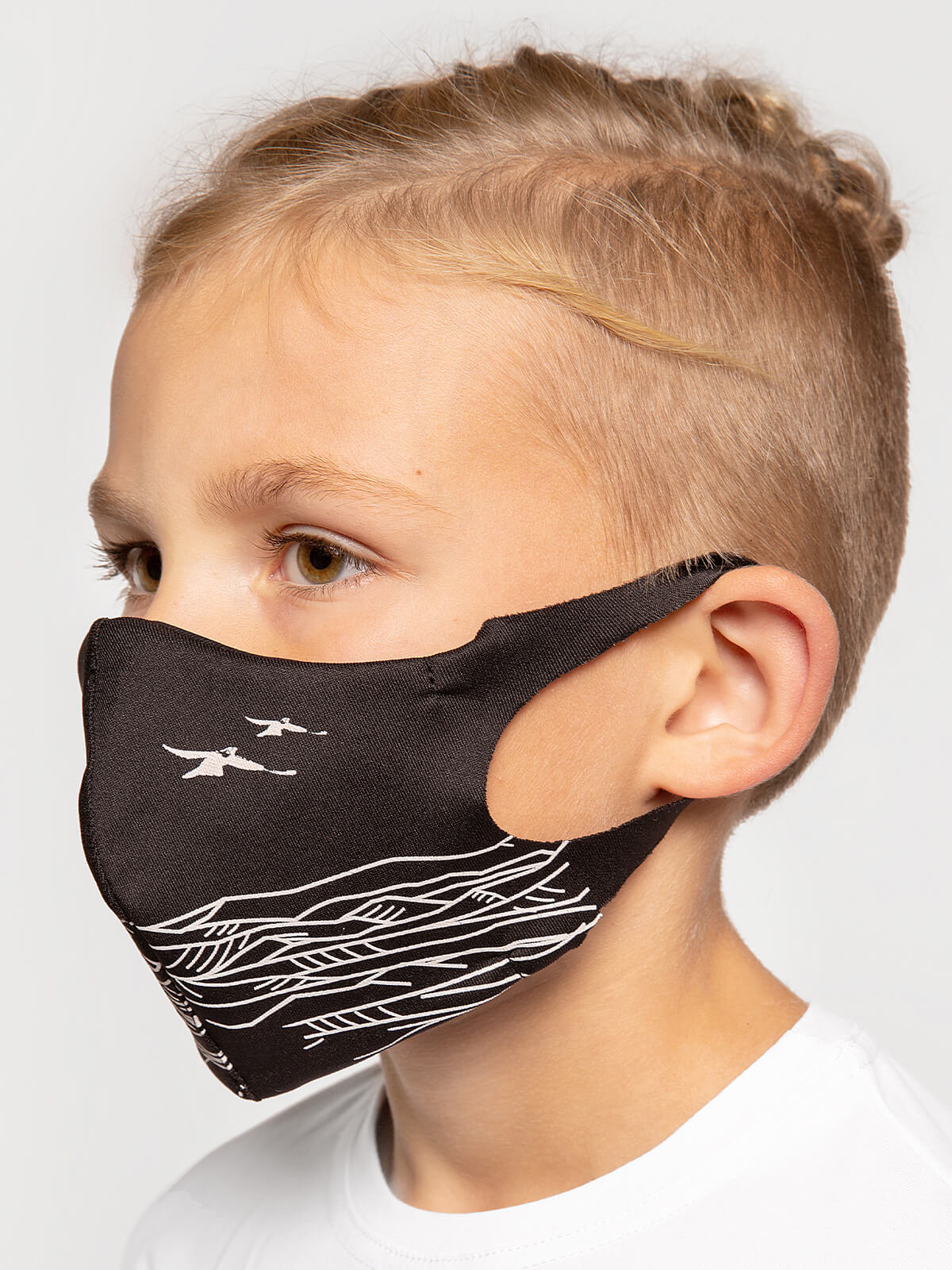 Kids Mask Mountains. Color black.  There is a knitwear lining/pocket from the inside (95% cotton, 5% elastane) for the replaceable filter.