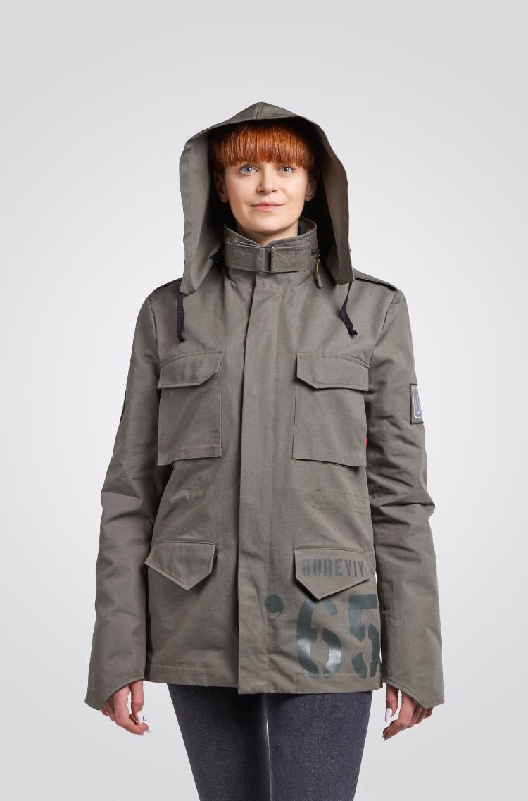 Жіноча Куртка М-65 Буревій. Колір хакі.  На жіночій фігурі куртка виглядає просто чудово!  Основний матеріал: 100% бавовна Матеріал підкладки: 60 % бавовна , 40 % поліестер Технологія нанесення зображень: шовкодрук.