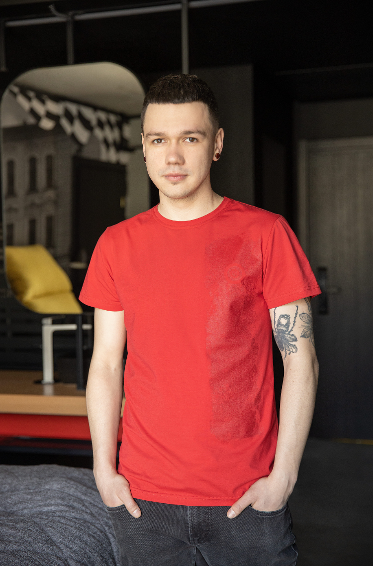 Men's T-Shirt Must-Have. Color red.  It looks great on a female figure! Material: 95% cotton, 5% spandex.