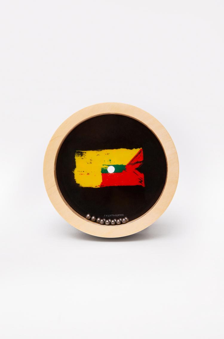 Іграшка-Лабіринт Гуцульщина. Колір коричневий.  Мало того, що вона розвиває координацію в діток (та дорослих), вона ще й розповідає про регіони України в легкий та цікавий спосіб.