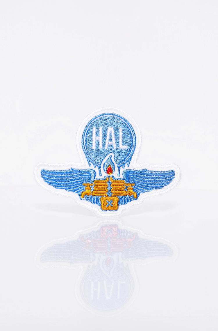 Нашивка Hal. Колір блакитний. Шеврон про часи, коли з пальника можна було й зцідити трохи пального, не тільки залити) є символом романтики, допоможе відважитись на неочікувану пригоду.