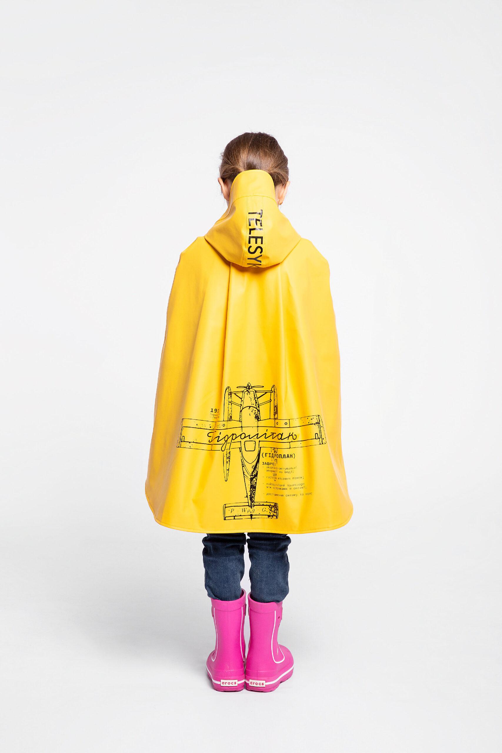 Дитячий Дощовик-Пончо Гідроплан. Колір жовтий.  Зовнішній матеріал: основна – поліефір 100%, покриття – ПВХ-100%, водонепроникність 1500 г/м2/24 год, стійкий до ультрафіолету, зносостійкий.