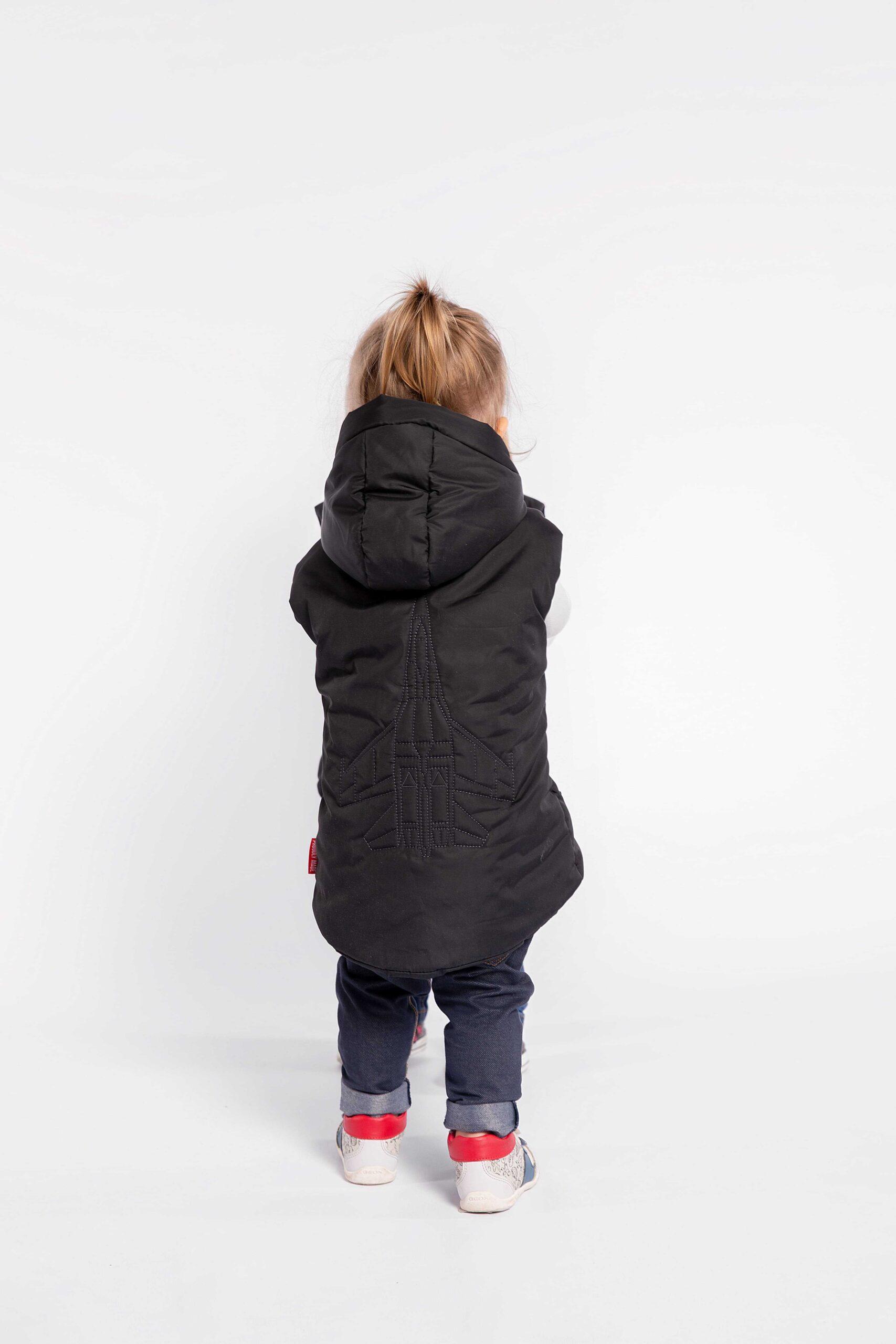 Дитяча Безрукавка Ukr Falcons. Колір чорний.  Розмір на моделях: Хлопець — 135 см (7-8 років) Дівчата — 85 см (1-2 роки)  Відтінки кольорів на вашому екрані можуть відрізнятися від кольору оригіналу.